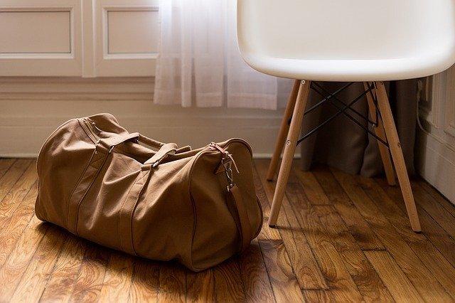 Handgepäck: Koffer und Handtasche